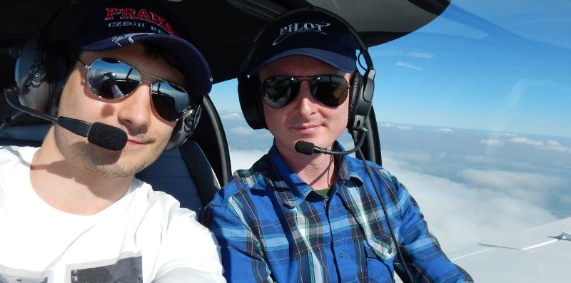 Dans l'avion, au-dessus des nuages