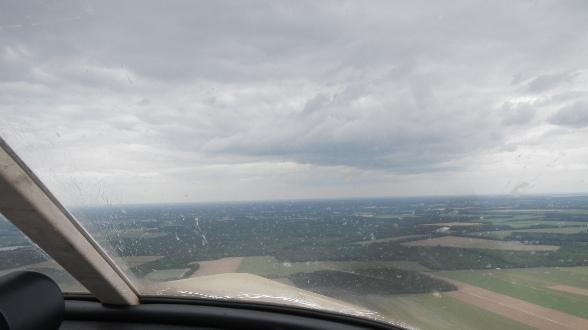 Nuages noirs à proximité de l'aérodrome