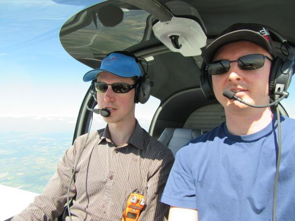Damien (qui pilote) et moi (qui navigue)
